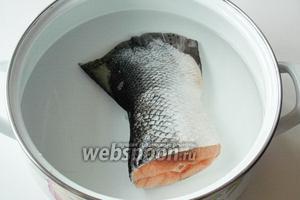 Рыбу чистим и заливаем водой. Варим бульон для супа. Когда вода закипит — снимаем пену, через 20-25 минут он будет готов.