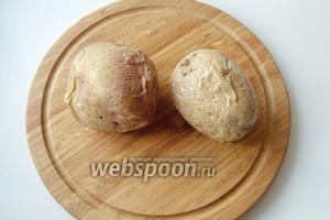 Две крупные картофелины запекаем в микроволновке. Можно и в духовке, но это будет гораздо дольше.