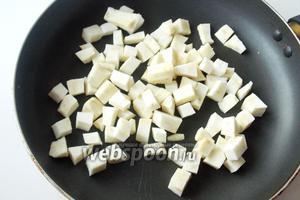 Корень сельдерея режем кубиками.