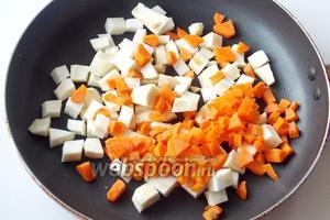 Морковь также режем кубиками.