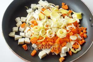 Лук-порей нарезаем колечками и добавляем к моркови и сельдерею. Припускаем овощи на сковороде в небольшом количестве растительного масла. Можно взять оливковое или подсолнечное.