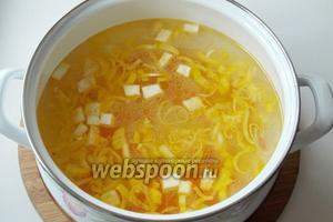 В процеженный рыбный бульон кладём овощи и варим 10-15 минут.