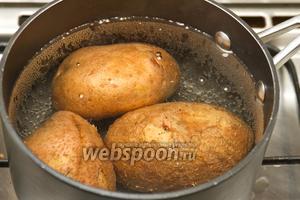 Моем, а затем варим картофель до готовности.