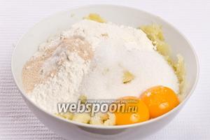 Кладём в толчёный картофель яичные желтки, 50 грамм муки, дрожжи и сахар.