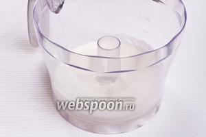 Взбиваем яичные белки со щепоткой соли до густой консистенции.