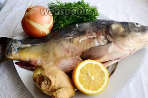 Нам понадобится: свежая рыба, лук, имбирь, лимон, зелень, соль, перец и соевый соус.