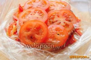 Накрываем сверху ломтиками помидора.