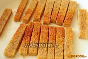 Обжариваем хлебные палочки на растительном масле с двух сторон до появления золотистой корочки.