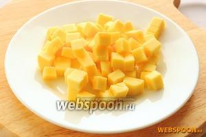 Сыр порезать крупными кубиками. По сути то, как вы порежете сыр не так важно, так как в итоге он обязательно расплавится и оставит в кексе пустоты разной величины.