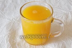 Готовим крем. Из 2 крупных апельсинов отжимаем сок. Нужно 250 мл.