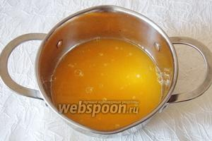 В посуду с антипригарным покрытием наливаем апельсиновый сок и добавляем смесь из желтков, сахара и муки. Хорошо перемешиваем и ставим на огонь.