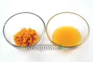 Апельсин тщательно моем с горячей водой, затем снимаем цедру и отжимаем сок.
