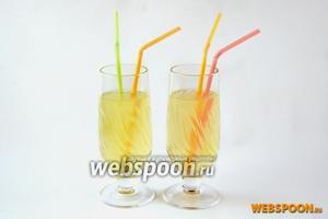 Для приготовления холодного освежающего напитка вливаем 1-2 ложки сиропа в бокал, заливаем холодной газированной водой. Можно добавить лёд и апельсиновую дольку, но очень тонизирующее напиток действует и так.