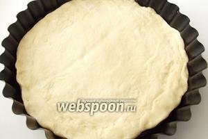 Делим тесто на 2 части. Одну раскатываем в пласт и выкладываем в форму для выпекания.
