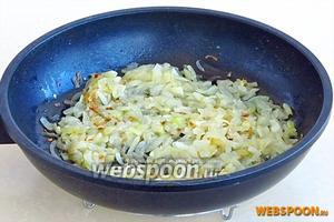 На сковороде разогреть половину куриного жира и обжарить на нём лук.