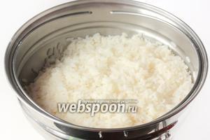 Сначала отвариваем в слегка подсоленной воде рис почти до полной готовности, воду сливаем, а рис промываем небольшим количеством тёплой воды.