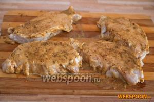 Мясо достаем, промокаем салфеткой и выкладываем на столе. Горчицу смешиваем со специями и натираем этой смесью мясо.
