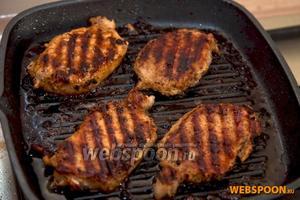 Если вы готовите на сковороде для стейков или на гриле, то после каждого переворачивания мясо нужно смещать на 90 градусов, чтобы в итоге получилась красивая сеточка. Подаём мясо с соусом и сезонными овощами.