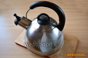 Вскипятим фильтрованную воду в чайнике до состояния «белый ключ». Лучше для заваривания использовать воду из обычного чайника (или хотя бы кастрюльки), а не электрического, который делает воду жёсткой из-за интенсивного вскипания.