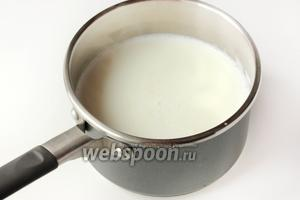Доводим молоко до кипения и снимаем с плиты. Даём молоку немного остыть — оно должно оставаться горячим, но не кипятком, не обжигающим, даже больше в сторону тёплого.