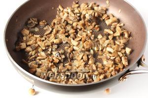 Добавляем к луку шампиньоны, солим и обжариваем на среднем огне до готовности грибов. Перекладываем лук и грибы на тарелку, стараясь оставить масло в сковороде, и даём остыть.