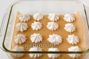 Выложить небольшие безешки с помощью кулинарного шприца или чайной ложки в форму для запекания в микроволновке на кулинарную бумагу. Между безешками надо оставить расстояние.
