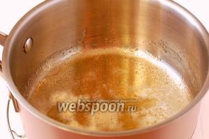 Сахар и мёд должны расплавиться и образовать однородную массу без кристалов сахара.