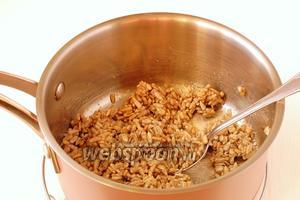 Хорошо перемешать, чтобы каждая семечка была смазана сахарно-медовой массой.