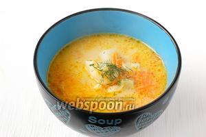 При подаче посыпать суп зеленью и свежемолотым перцем.