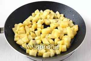 Картофель очистить, нарезать кубиком и обжарить на растительном масле до полуготовности и появления корочки сверху.