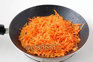 Морковь почистить, натереть на крупной тёрке и потушить на подсолнечном масле 2 минуты.