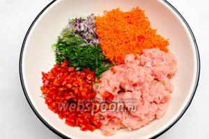 Рубленые овощи и мясо сложить в ёмкость и перемешать.