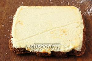 Разделочную доску присыпать сахаром и перевернуть пирог на сахар творожной массой вверх. Снять кулинарную бумагу.