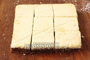 Подровнять края ножом и разрезать пласт на квадраты-пирожные.