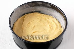 Выложить тесто в смазанную форму диаметром 18 см.