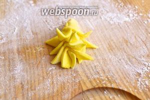 Отрезаем у основания цветка лишнюю мастику.