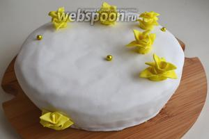Далее — ваш полёт фантазии. Цветы можно посадить прямо на ганаш, или же предварительно обтянуть торт мастикой. Удачи в творчестве!