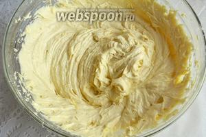 Немного перемешайте все ингредиенты (чтобы не разлетелась мука), затем взбейте тесто миксером.