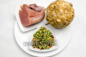 Чтобы приготовить суп, нужно взять филе индейки, сухую смесь гороха и овощей, корень сельдерея, соль.