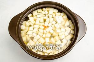 Через 20 минут добавить в бульон с гороховой смесью нарезанные лук и корень сельдерея. Варить до готовности.