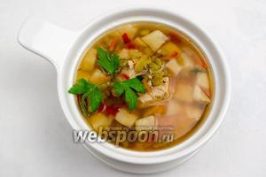 Подавать гороховый суп к обеду горячим.