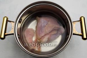 Приготовить бульон. Мясо вымыть. Залить холодной водой. Поставить на медленный огонь. Добавить половину луковицы. Варить до готовности мяса.