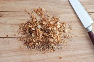 Порубите миндаль с помощью большого ножа, чтобы получить крупные гранулы.