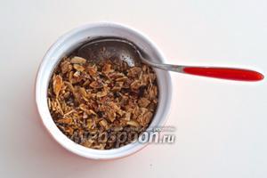 Смешайте орехи и кофе и добавьте 1-2 ч. л. оливкового масла.