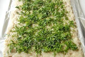 Зелень мелко режем и посыпаем фарш.