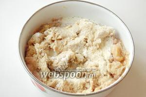 Добавить соль, чёрный молотый перец, манную крупу, крахмал и сливки (молоко).