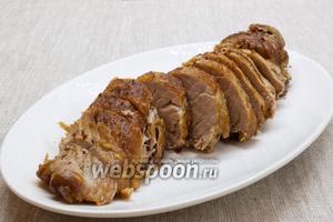 Вынуть мясо из фольги, нарезать поперечными ломтиками.