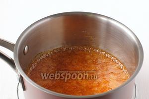 На медленном огне растопить сахар и мёд, постоянно помешивая. Добавить соль.