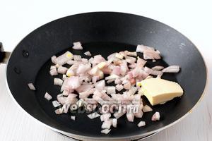 Лук порезать кубиком, добавить сливочное масло и обжарить до золотистого цвета.