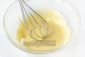 При помощи венчика взбиваем желтки и сахар до получения кремообразной массы, желтки должны немного посветлеть.